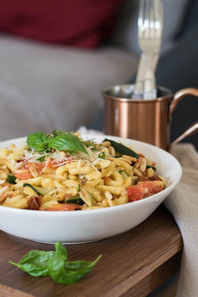 Schnelle Spätzle mit Gemüse und Pinienkernen | Ein leckeres Rezept